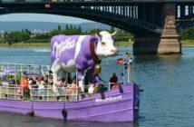 Das Milka #MUHBOOT am 7. Juni 2014 in Mainz an der Theodor-Heuss-Brücke.