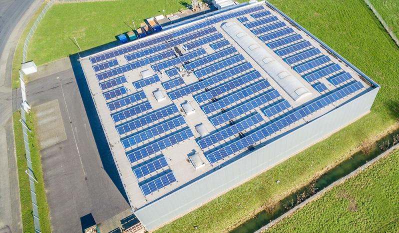 Wenn es im privaten Bereich möglich ist, die Energieeinsparung durch einige Investitionen wie zum Beispiel in eine Photovoltaikanlage zu realisieren, sollte das bis zu einem gewissen Maß auch in der Industrie möglich sein.  ( Foto: Shutterstock-_Lukassek  )