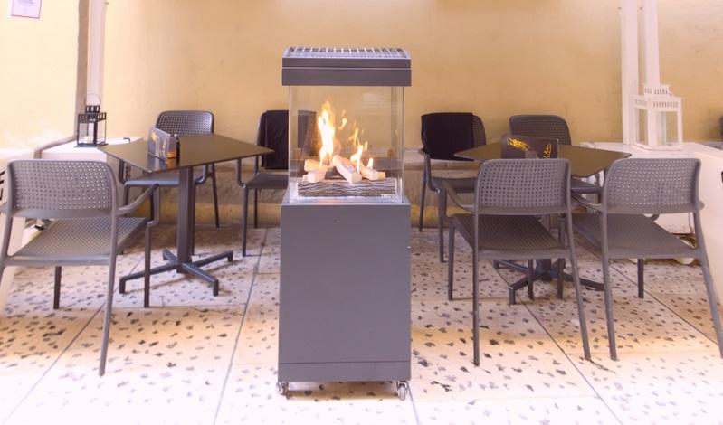 Der Outdoor Heizstrahler ist sehr beliebt, ob für die private Nutzung, in der Gastronomie oder Hotels. Die Infrarotwärme liefert schnelle und intensive Wärme auf Knopfdruck, ist windresistent und somit perfekt für die Nutzung im Außenbereich.  (Foto: Shutterstock-_No-Mad )