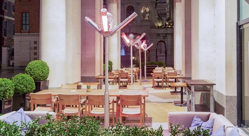 Es gibt verschiedene Terrassenstrahler Modelle auf dem Markt. Standheizstrahler können flexibel zwischen verschiedenen Orten, bspw. dem Garten und der Terrasse, wechseln.  (Foto: Shutterstock-Paul Daniels _)