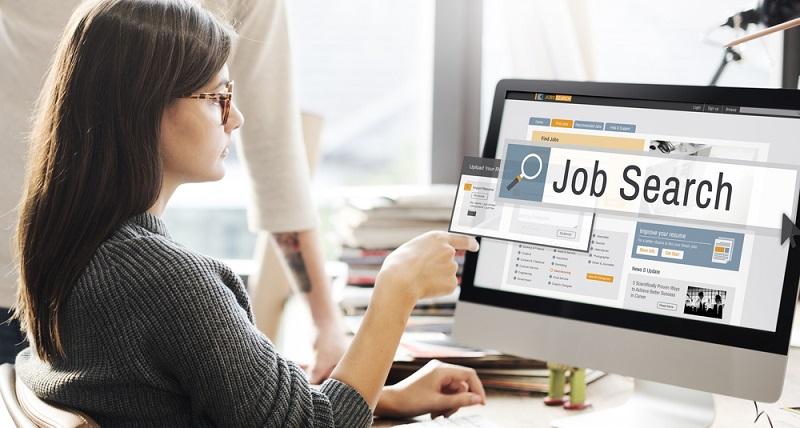 Verschiedene Plattformen sind bei der Jobsuche hilfreich, wobei es sowohl nationale als auch internationale Stellenbörsen gibt. (Foto: Shutterstock- Rawpixel.com)
