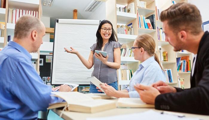 Verschiedene Weiterbildungsangebote locken Arbeitnehmer und sollen zu einer besseren beruflichen Qualifizierung führen. ( Foto: Shutterstock-Robert Kneschke )