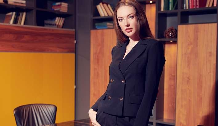 Chic in edlem Hosenanzug in Kombination mit passender Bluse ( Foto: Shutterstock-Kiselev Andrey Valerevich )